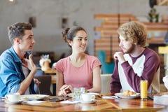 Przyjaciele w kawiarni obrazy royalty free