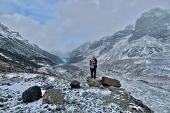 Przyjaciele wycieczkuje w Kanadyjskich Skalistych górach zbliżają Jeziornego Louise w zimie zdjęcia royalty free