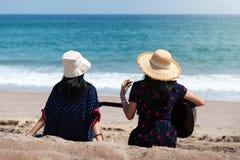 Przyjaciele wydaje czas na plaży z gitarą zdjęcie royalty free