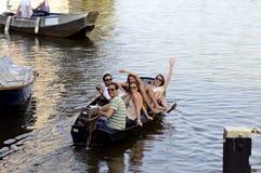 Przyjaciele, wysocy duchy, szczęście, uśmiechy, rozrywka, łódź Zdjęcia Royalty Free