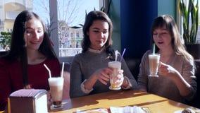 Przyjaciele wznosi toast, radosne dziewczyny z milkshakes odpoczywają w kawiarni na weekendach zbiory wideo