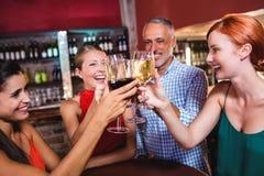 Przyjaciele wznosi toast wina szkło w noc klubie zdjęcia royalty free