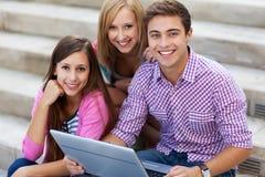 Przyjaciele z laptopem Obrazy Royalty Free