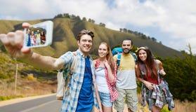 Przyjaciele z plecakiem bierze selfie smartphone zdjęcie royalty free