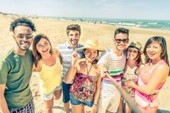 Przyjaciele z selfie kijem na plaży Zdjęcie Royalty Free
