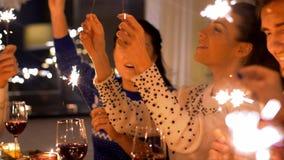 Przyjaciele z sparklers bożych narodzeń gościem restauracji w domu zbiory