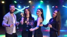 Przyjaciele z szampana i sparklers tanczyć zdjęcie wideo