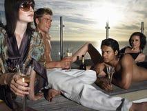 Przyjaciele Z szampanem Na pokładzie morzem Przy zmierzchem Zdjęcie Royalty Free