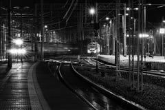 Przyjazd i odjazd pociągi obrazy stock
