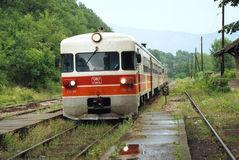 Przyjazd pociąg przy wiejską stacją kolejową Zdjęcia Stock