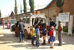 023 przyjazd przy szpitalem w Iringa w Tanzania, Afryka - Zdjęcia Stock