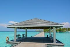 Przyjazdowy jetty z dachem przy tropikalną wyspą Zdjęcie Royalty Free