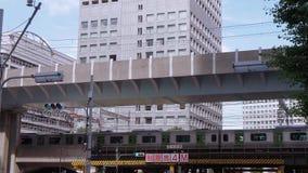 Przyjeżdżający pociąg i odjeżdżający przy Tokio stacją Tokio Japonia, Czerwiec, - 19, 2018 - środkowa stacja kolejowa w mieście - zbiory wideo