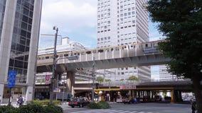 Przyjeżdżający pociąg i odjeżdżający przy Tokio stacją Tokio Japonia, Czerwiec, - 19, 2018 - środkowa stacja kolejowa w mieście - zbiory
