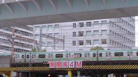 Przyjeżdżający pociąg i odjeżdżający przy Tokio stacją Tokio Japonia, Czerwiec, - 19, 2018 - środkowa stacja kolejowa w mieście - zdjęcie wideo