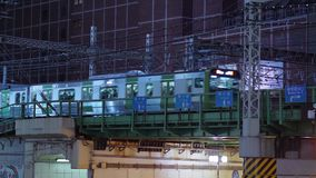 12, 2018 przyjeżdżający pociąg przy Roppongi stacją w Tokio, TOKIO JAPONIA, CZERWIEC -, - zbiory
