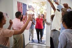 Przyjeżdżający goście witają przy trzy pokoleń amerykanin afrykańskiego pochodzenia rodzinnego dnia niepodległości domowym przyję zdjęcie stock