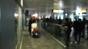 Przyjeżdżający ludzie i spotykający przy lotniskowym terminal zdjęcie wideo