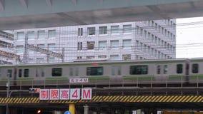Przyjeżdżający pociąg i odjeżdżający przy Tokio stacją TOKIO, JAPONIA, CZERWIEC/- 19, 2018 - środkowa stacja kolejowa w mieście - zdjęcie wideo