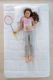 Przyjemna ładna dziewczyna ma sen o badminton grą Obraz Royalty Free