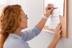 Przyjemna kobieta trzyma kalendarz Zdjęcia Stock