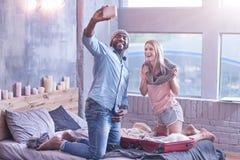 Przyjemna młoda międzynarodowa para cieszy się weekend w domu zdjęcie royalty free