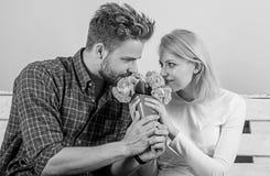 Przyjemna niespodzianka dla damy Bukieta faworyta kwiaty jako romantyczny prezent Mężczyzna daje bukietów kwiaty dziewczyna obrazy stock