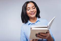 Przyjemne kobiety czytania notatki w jej notatniku Obraz Royalty Free