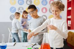 Przyjemnego nastoletniego kolega z klasy zachowania chemiczny eksperyment obrazy royalty free