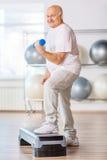 Przyjemni starszego mężczyzna kroka ćwiczy aerobiki obrazy royalty free
