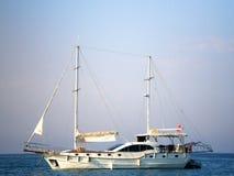 Przyjemność jacht w morzu śródziemnomorskim Zdjęcia Stock