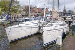Przyjemność jachty i żagiel łodzie w porcie Lemmer Obrazy Stock