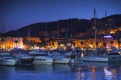 Przyjemność jachty i motorowe łodzie przy nocą zdjęcia stock