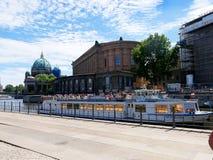 Przyjemność krążownik od banków Rzeczny bomblowanie w Centre Berlin fotografia stock