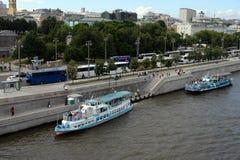 Przyjemności łódź «Alina tango «przy molem «patriarcha «na Prechistenskaya bulwarze Moskwa zdjęcia royalty free