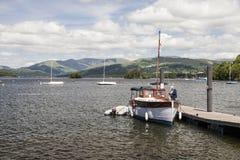 Przyjemności łódź cumował przy Boweness na Windermere, Jeziorny Windermere Zdjęcia Stock
