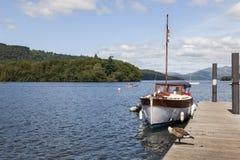 Przyjemności łódź cumował przy Boweness na Windermere, Jeziorny Windermere Fotografia Stock