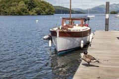 Przyjemności łódź cumował przy Boweness na Windermere, Jeziorny Windermere Obraz Royalty Free