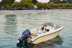 Przyjemności łódź cumująca brzeg obrazy stock