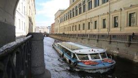 Przyjemności łódź na korytkowej zimy pazie w St Petersburg zbiory