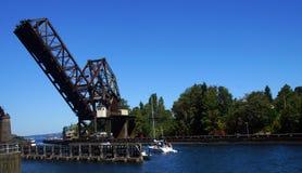 Przyjemności łódź pływa statkiem w kierunku linia kolejowa mosta Fotografia Stock