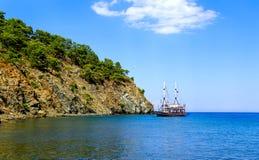 Przyjemności łódź przy kotwicą Zatoka Phaselis indyk Zdjęcia Stock