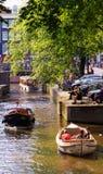 Przyjemności łódź unosi się na kanale w Amsterdam holandie Obrazy Royalty Free