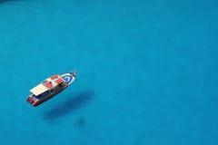 Przyjemności łódź w błękitnym morzu Zdjęcie Royalty Free