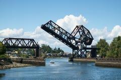 Przyjemności łodzi below nastroszony drawbridge Obrazy Stock