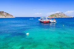 Przyjemności łodzie cumować w Agios Nikolaos zatoce Obrazy Royalty Free