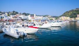 Przyjemności łodzie cumowali w Lacco Amen, Ischia Zdjęcia Royalty Free