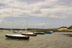 Przyjemności łodzie na ich cumowaniach w historycznym Bosham schronieniu w Zachodnim Sussex w południe Anglia obrazy stock