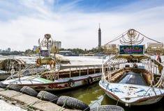 Przyjemności łodzie na Nil naprzeciw Kair wierza, Egipt, Kwiecień 13, Zdjęcie Stock