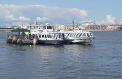 Przyjemności łodzie na tle Vasilievsky wyspa saint petersburg Zdjęcia Stock